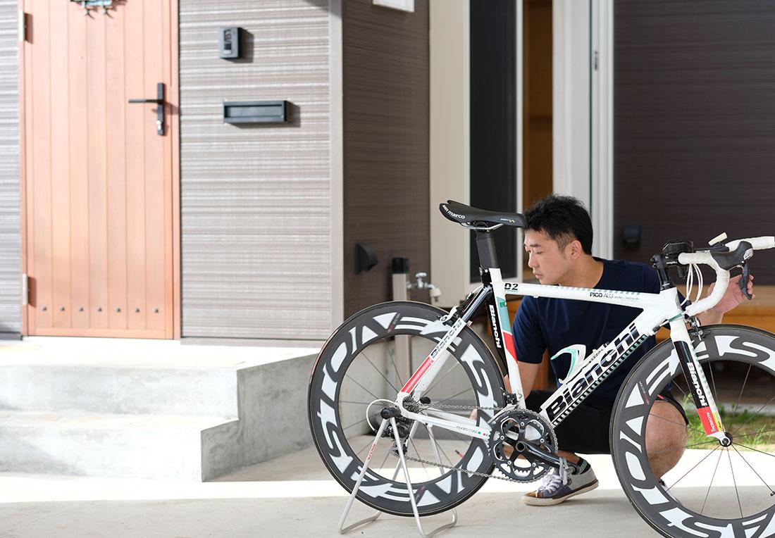 塩川の家S様 自転車いじりをカーポートの下で