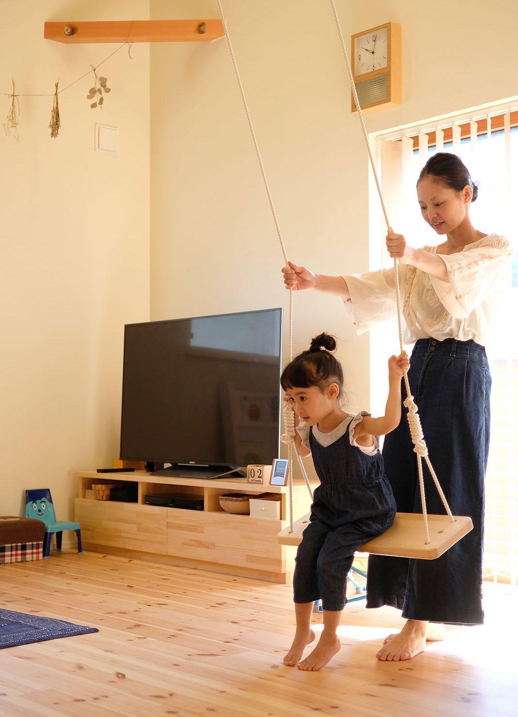 飯寺ⅡS様 室内のブランコで遊ぶ