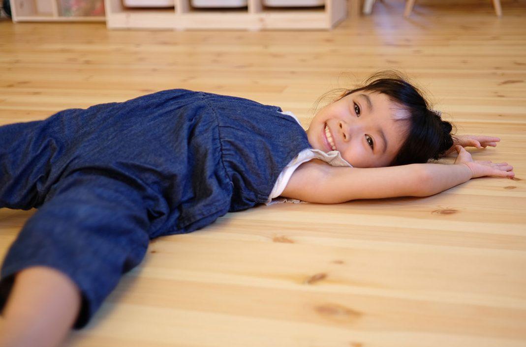 飯寺ⅡS様 木の床に寝転ぶ